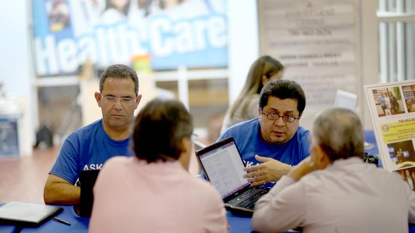 US-Krankenversicherung: US-Versicherungsvertreter im Beratungsgespräch
