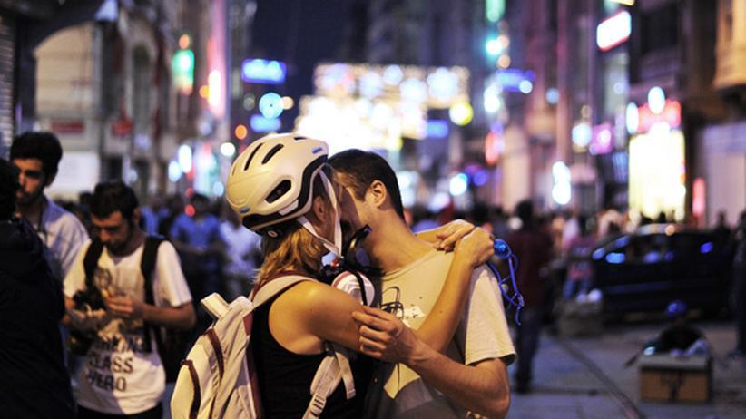 Türkei: Küsse während einer Demonstration in Istanbul