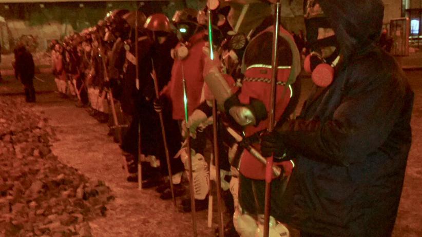 """01:00 Uhr nachts unweit des Maidans: Eine Einheit des radikalen """"Rechten Sektors"""" aus 30 Mann, bewaffnet mit Metallspeeren, wartet auf ihren Einsatzbefehl."""