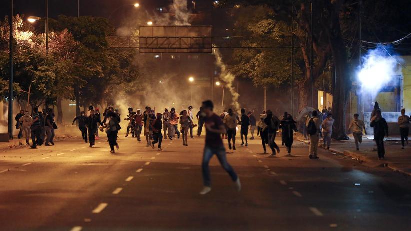 Studenten in Caracas flüchten vor der Polizei