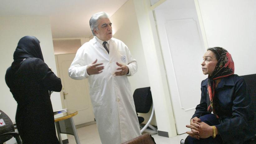 Iran: Der Arzt Bahram Mir-Jalali und eine seiner transsexuellen Patientinnen