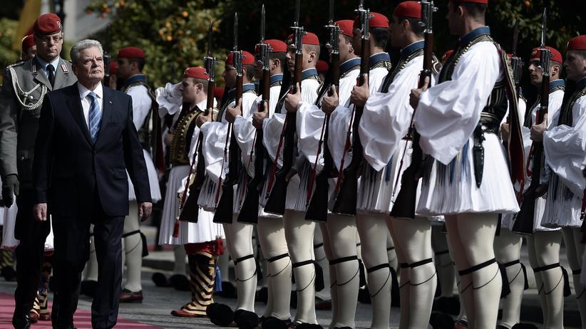 Griechenland: Bundespräsident Joachim Gauck wird in Athen mit militärischen Ehren empfangen.
