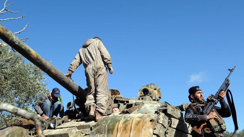 Krim-Krise: Syrische Rebellen auf einem verlassenen Armee-Panzer sowjetischer Bauart