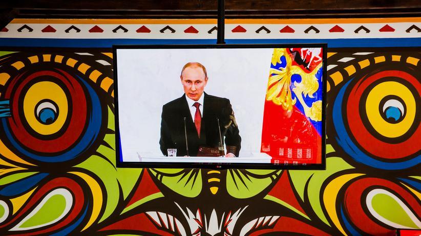 Krim-Krise: Fernsehübertragung der Rede von Wladimir Putin in einer Pizzeria in Simferopol auf der Krim