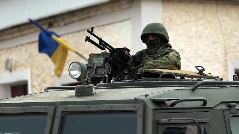 Krim-Krise: Uniformierte an einem ukrainischen Militärstützpunkt in Perewalnje nahe Simferopol