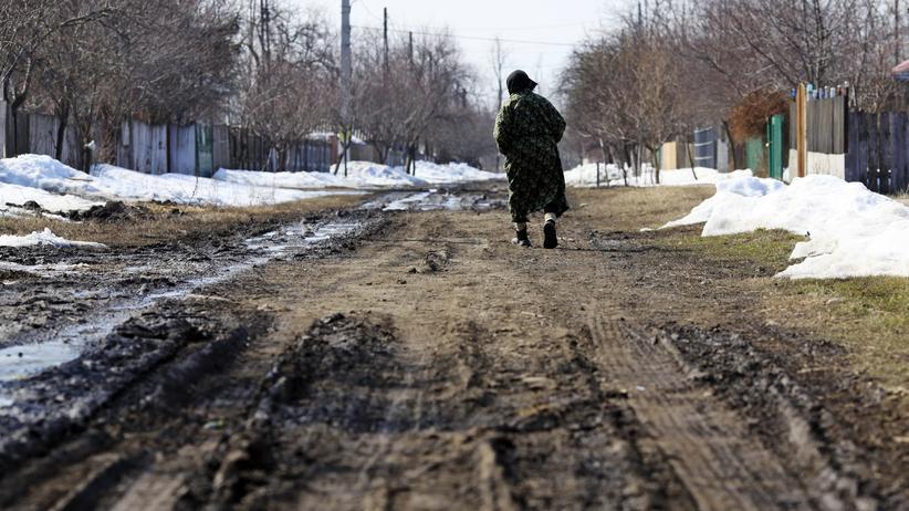 Rumänien vor der Europawahl: Niedrigster Lebensstandard in der EU: eine alte Frau in einem kleinen Dorf östlich von Bukarest