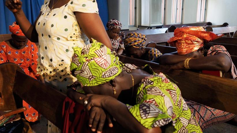 Nigeria: Frauen beten in einer Kirche in der nigerianischen Hauptstadt Abuja für die entführten Schulmädchen.