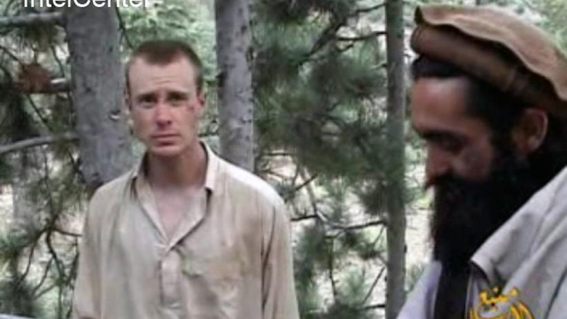 Afghanistan: Bowe Bergdahl (links) mit einem seiner Entführer