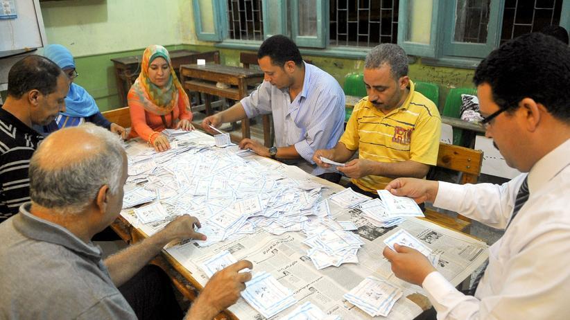 Wahlmission: Ägyptische Wahlhelfer zählen Stimmen in Alexandria.