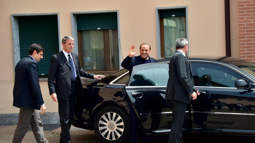 Silvio Berlusconi: Nur noch ein Mann im schwarzen Anzug