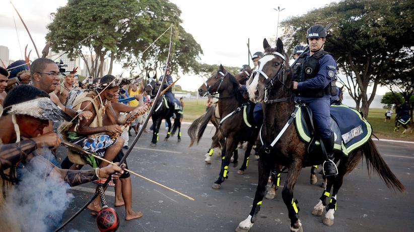 Fußball-WM: Brasilianische Polizisten gehen mit Tränengas gegen bewaffnete Demonstranten vor.