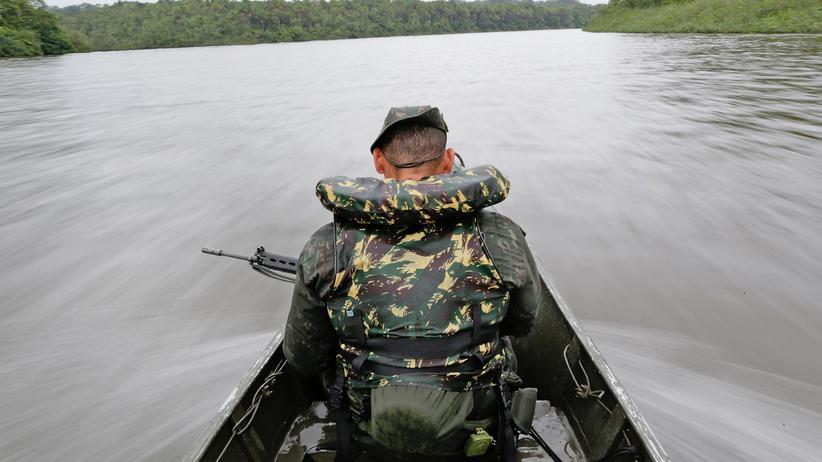 Ein brasilianischer Soldat auf der Suche nach Drogenschmugglern