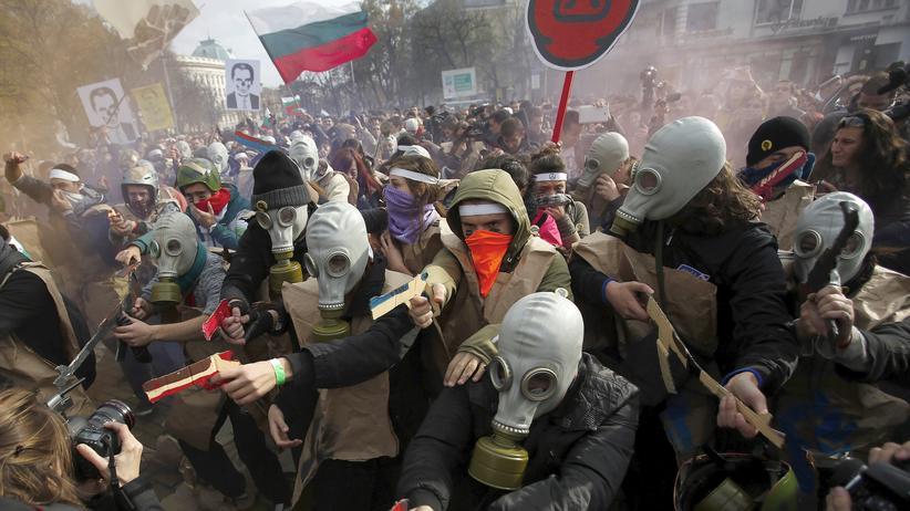 Bulgarien: Wütende Studenten während der Proteste im vergangenen November vor dem Parlament in Sofia gegen Korruption, niedrige Löhne und die hohe Arbeitslosigkeit im Land