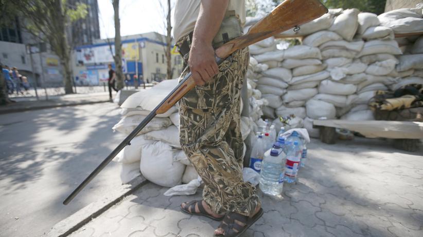 Ukraine: Ein bewaffneter Unterstützer der selbsternannten Volksrepublik Donezk