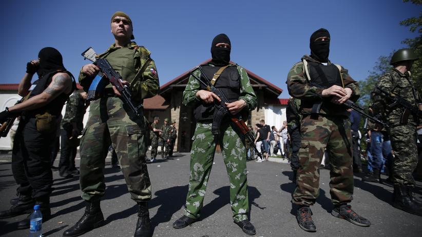 Ukraine-Krise: Prorussische Separatisten vor dem Haus des Oligarchen Rinat Achmetow in Donezk