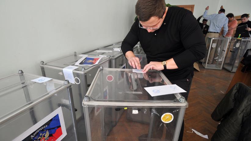 Ukraine-Live-Blog: Ein Wahlhelfer bereitet in Donezk Wahlurnen vor.