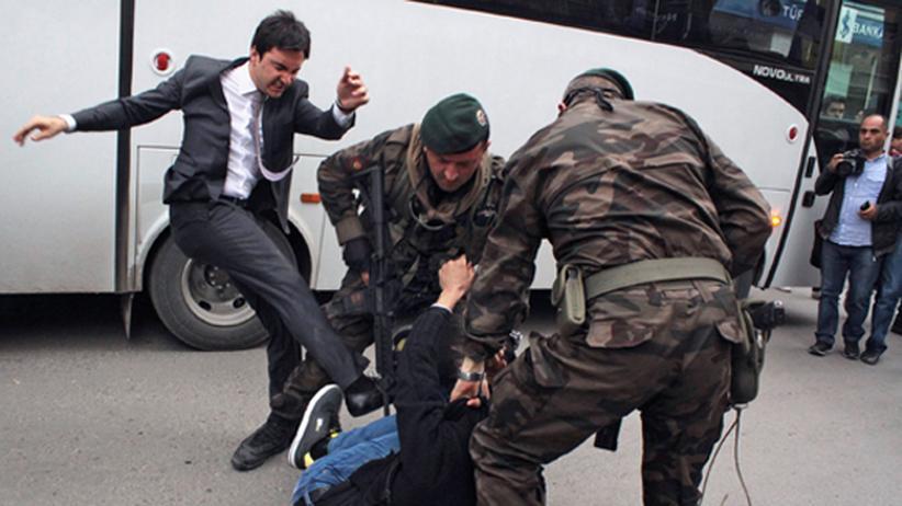 Türkei: Yusuf Yerkel tritt auf einen Demonstranten in Soma ein, während dieser von Polizisten festgehalten wird.