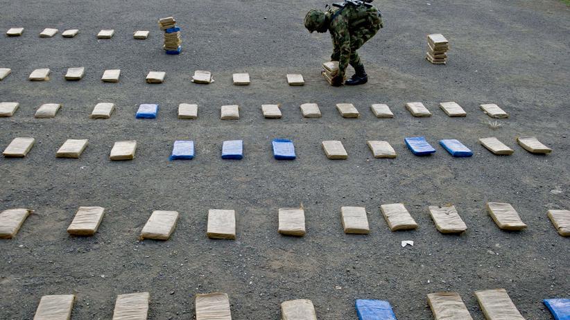 Ein kolumbischer Soldat mit beschlagnahmten Drogenpaketen der Farc