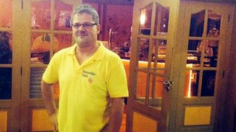 Holger Apfel vor seinem Restaurant in Mallorca