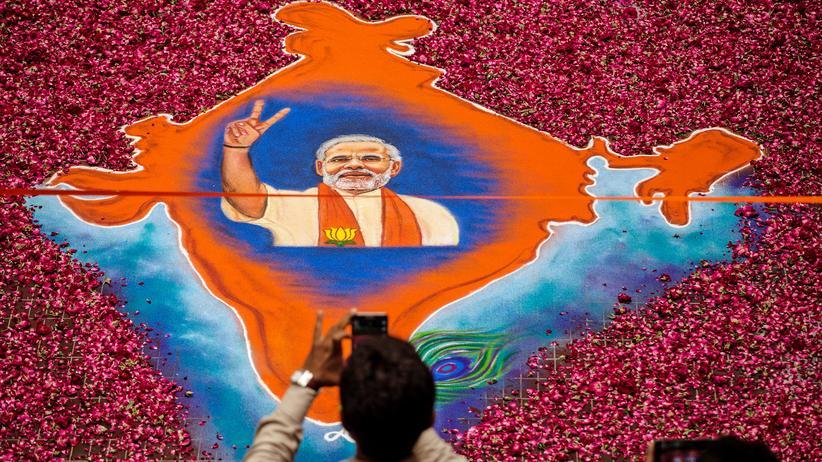 Narendra Modi: Gemälde des Wahlsiegers Narendra Modi vor dem Hauptquartier der indischen Volkspartei BJP