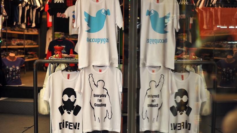Istanbul: T-Shirts mit Motiven zu den Gezi-Park-Protesten in einem Laden