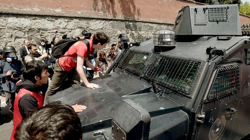 Türkei: Eine Gruppe von türkischen Demonstranten trifft am Donnerstag auf Polizisten in Istanbul.