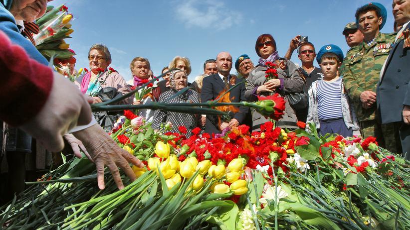 Besucher am Grabmal des unbekannten Soldaten auf dem Friedhof Antakalnis in Litauens Hauptstadt Vilnius