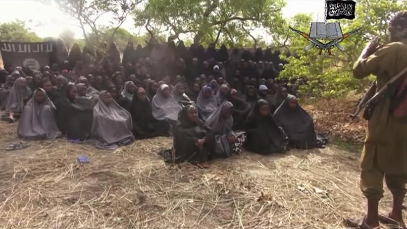 Einige der verschleppten Mädchen auf einem Video der Boko Haram