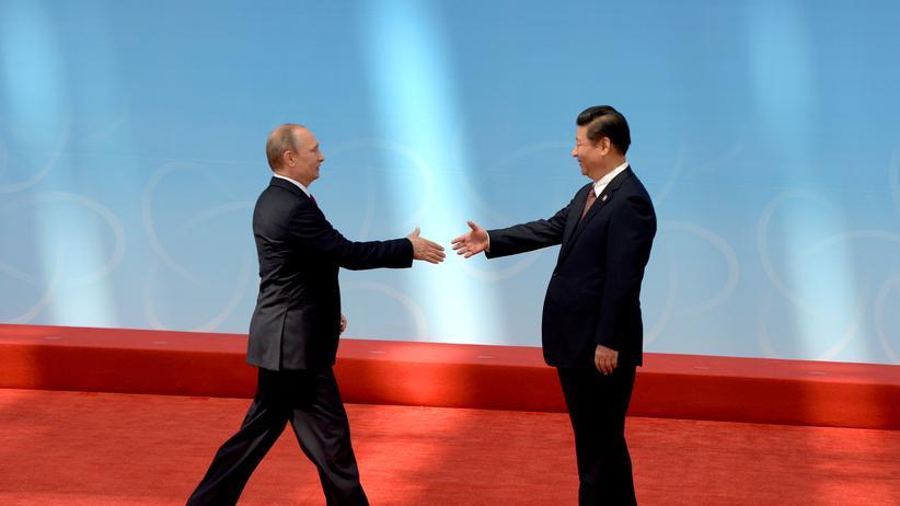 China: Russlands Präsident Wladimir Putin (l.) und sein chinesischer Amtskollege Xi Jinping in Shanghai