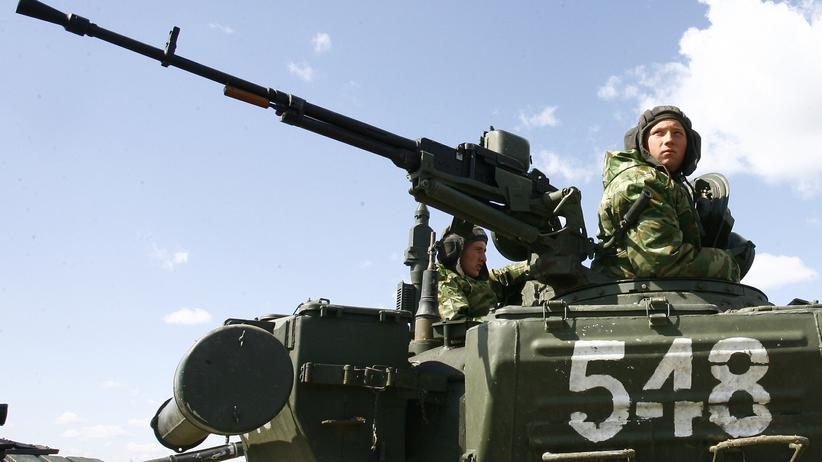 Ukraine: Russische Soldaten auf Panzern in der südrussischen Wolgograd-Region