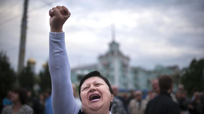 Ukraine-Referenden: A woman shouts slogans during celebration of what they claimed was resounding victory in an independence referendum in the eastern Ukrainian city of Lugansk, on May 12, 2014. Pro-Moscow rebels claimed an overwhelming victory in a referendum on self-rule in two Ukraine regions, as the European Union met Monday to consider toughening sanctions on Russia. AFP PHOTO / DIMITAR DILKOFF (Photo credit should read DIMITAR DILKOFF/AFP/Getty Images)