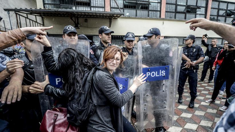 Grubenunglück in der Türkei: Polizisten gehen in Soma gegen Demonstranten vor.