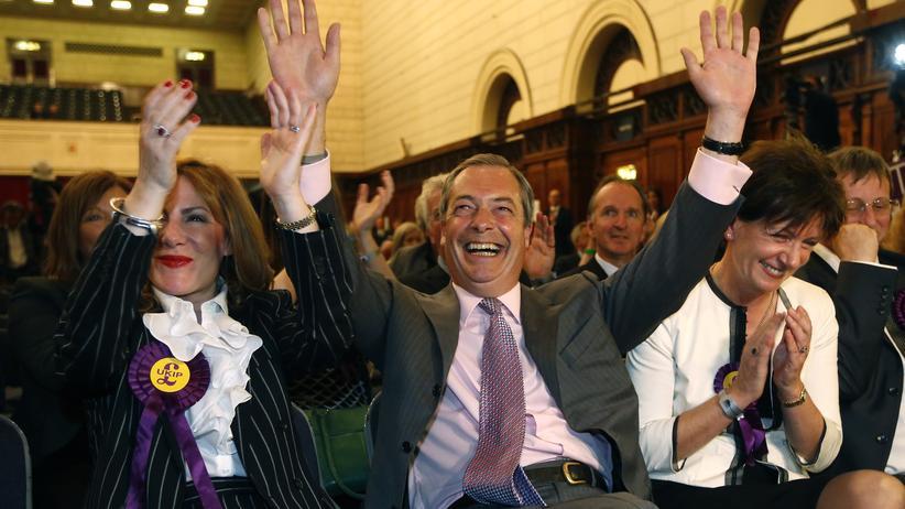 EU-feindliche Partei UKIP: UKIP-Chef Nigel Farage (Mitte) bejubelt das Wahlergebnis seiner Partei.