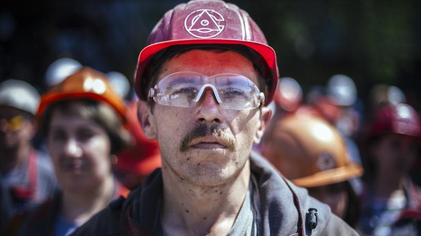 Ukraine-Live-Blog: Ein Stahlarbeiter in der ostukrainischen Stadt Mariupol bei einem Warnstreik