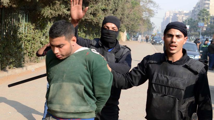 Ägyptische Polizisten nehmen einen Anhänger der Muslimbrüder in Kairo fest.