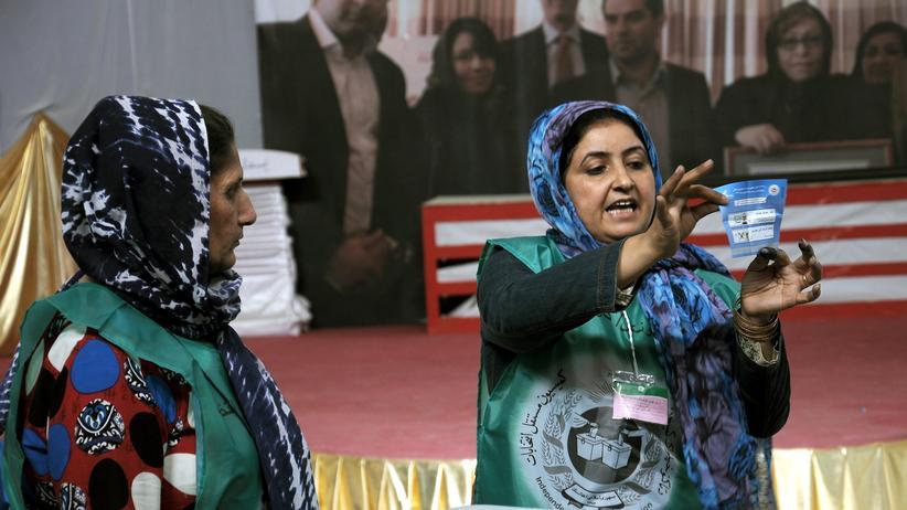 Mitarbeiterinnen der afghanischen Wahlkommission bei der Stimmzählung in Masar-i-Scharif