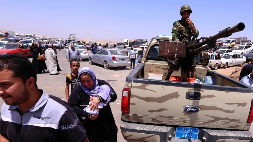 Irakische Familien aus der Provinz Niniveh passieren einen kurdischen Checkpoint im Norden des Landes.