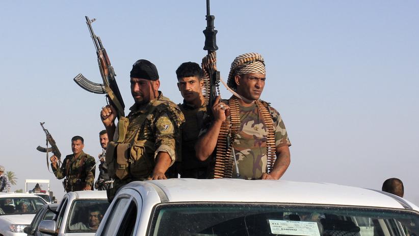 Schiitische Freiwillige, die die irakische Armee im Kampf gegen Isis unterstützen, bei einer Militärparade in Kanaan, Irak