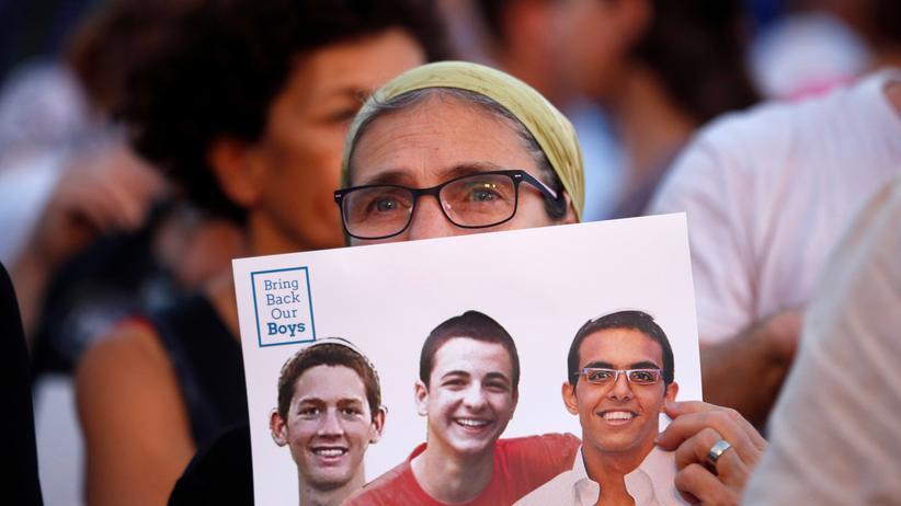 Israel: Eine israelische Frau mit einem Foto von den entführten Jugendlichen