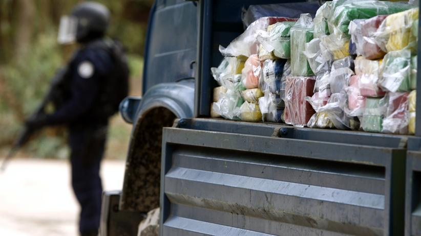 Drogenhandel: Ein senegalesischer Polizist bewacht einen Lastwagen mit Kokain (Archiv)