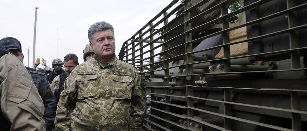 Der ukrainische Präsident Petro Poroschenko in einem Armee-Feldlager in der Ostukraine