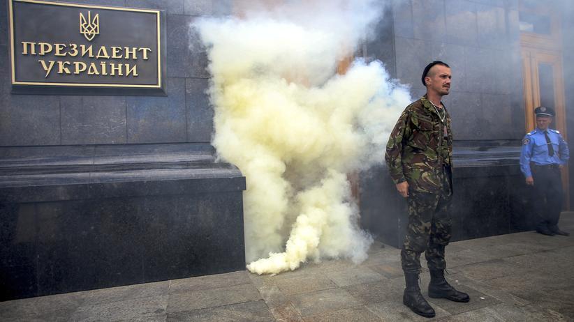 Ukraine: Wachen stehen vor dem Präsidentengebäude in Kiew während der Proteste gegen eine Waffenruhe.