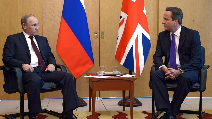 Russlands Präsident Putin (links) im Gespräch mit dem britischen Premier Cameron auf dem Pariser Flughafen
