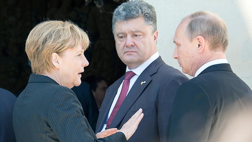 D-Day: Der ukrainische Präsident Petro Poroschenko, Kanzlerin Angela Merkel und der russische Präsident Wladimir Putin im Gespräch