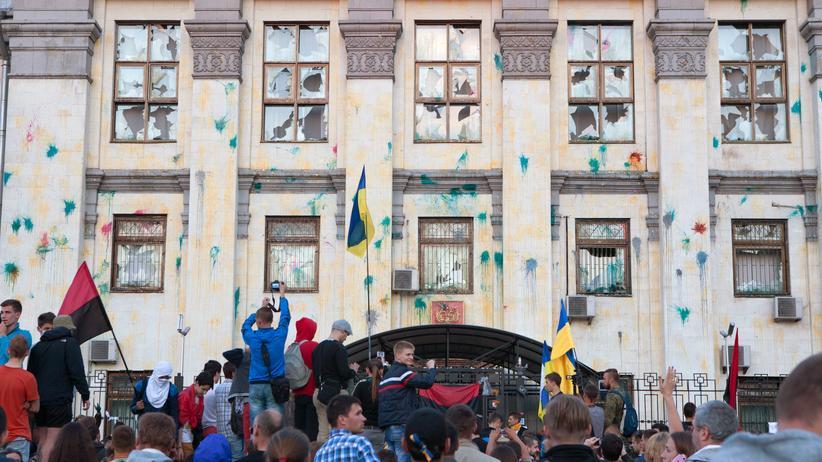Demonstranten vor der russischen Botschaft in Kiew