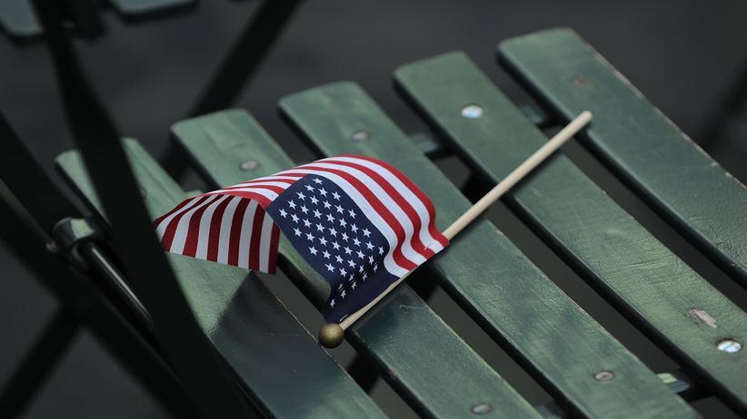 USA und Deutschland: Amerikanische Flagge in einem Park in New York