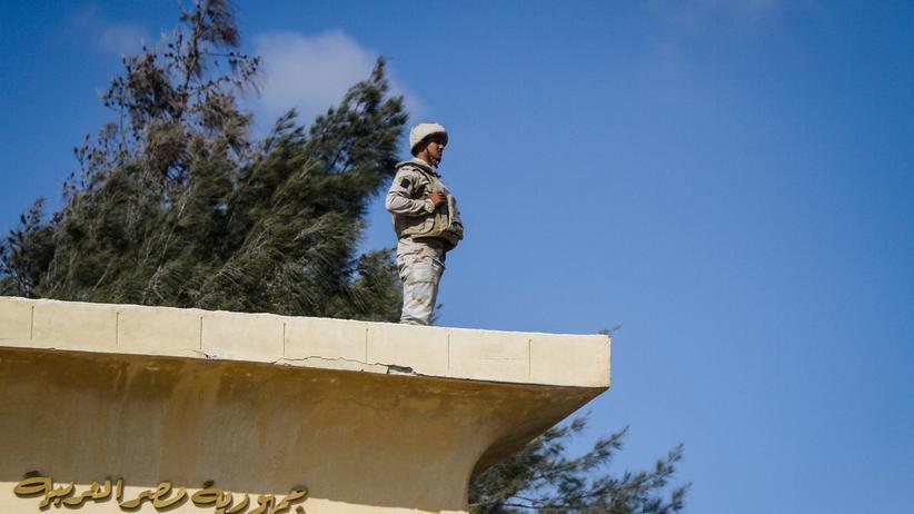 Ein ägyptischer Soldat am Rafah-Posten an der Grenze zu Israel