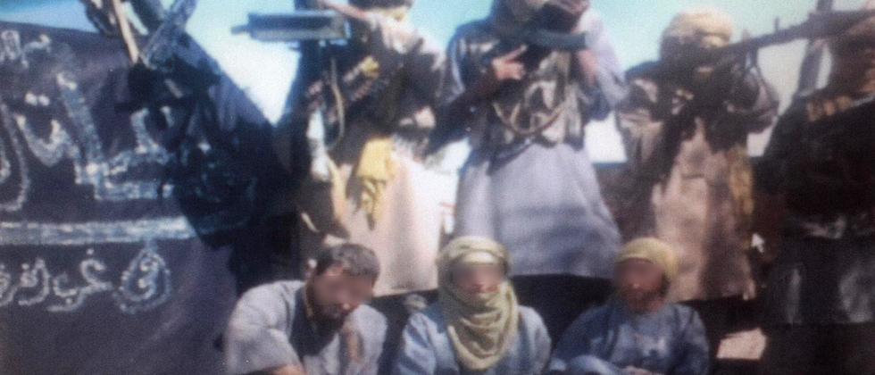 Zwei spanische und eine italienische Geisel in den Händen einer Al-Kaida-Splittergruppe in Algerien; Die Gesichter der Geiseln wurden aus Rücksicht auf ihre Sicherheit unkenntlich gemacht.