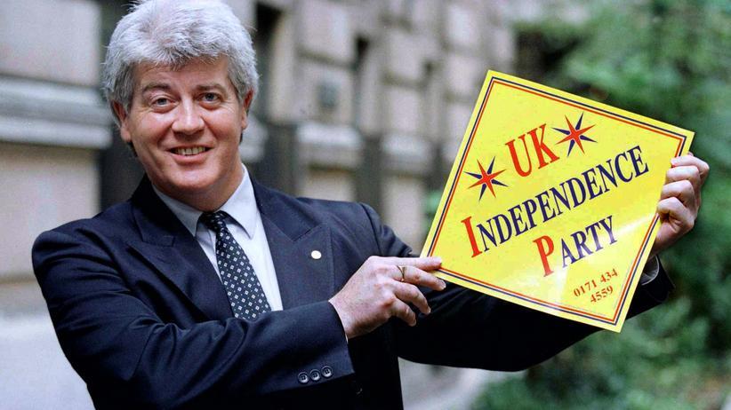 Alan Sked 1996 mit dem Logo der UK Independence Party