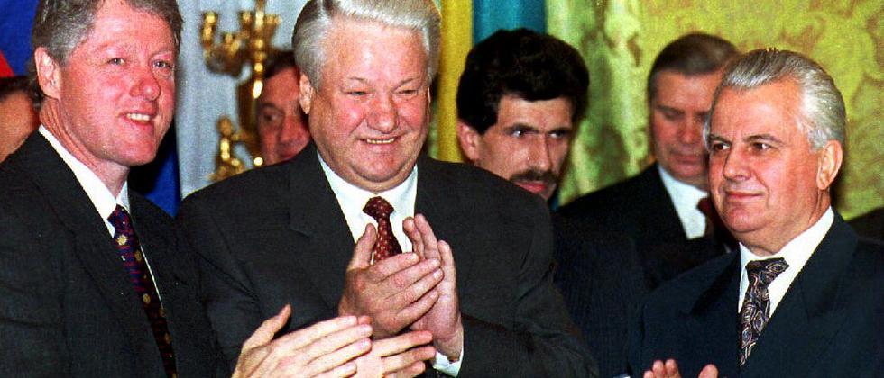 Bill Clinton, Boris Jelzin und der damalige Präsident der Ukraine, Leonid M. Krawtschuk, bei der Unterzeichnung des Budapester Memorandums 1994